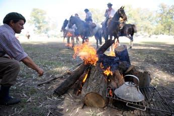 El fogón le da alimento y calor al trabajo cotidiano en el campo