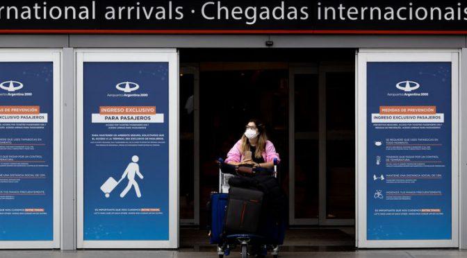 El Gobierno acota a 600 el cupo diario de personas que ingresan al país y reduce los vuelos del exterior
